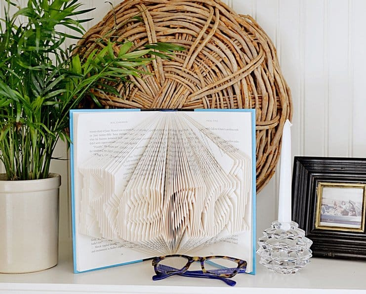 10 Fun Ideas for Decorating with Vintage Books!